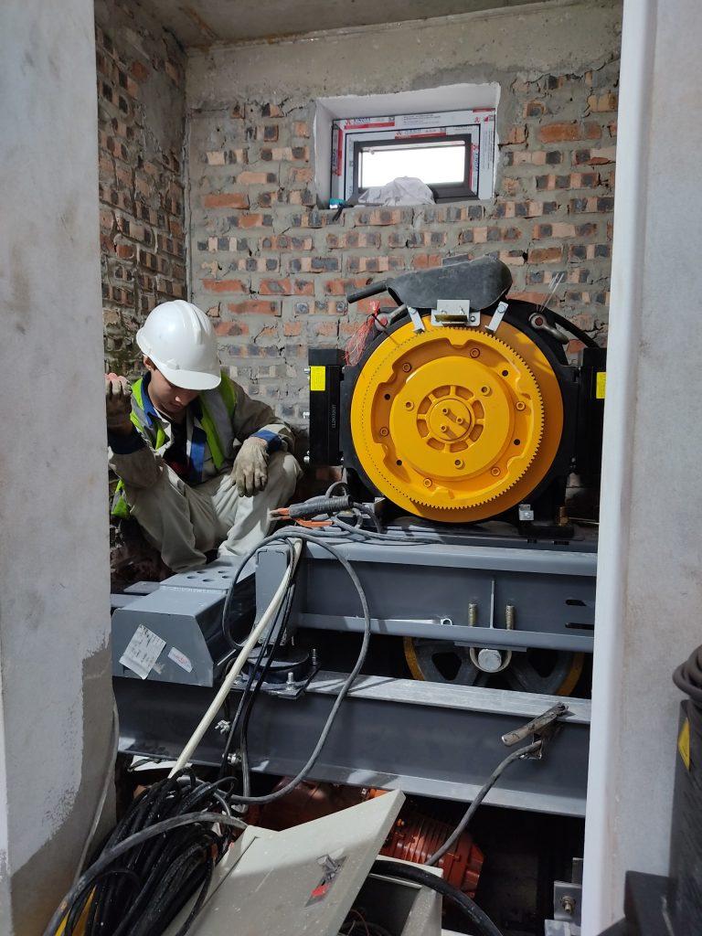 Lắp đặt máy kéo FUJI cho thang máy 350kg dành cho gia đình