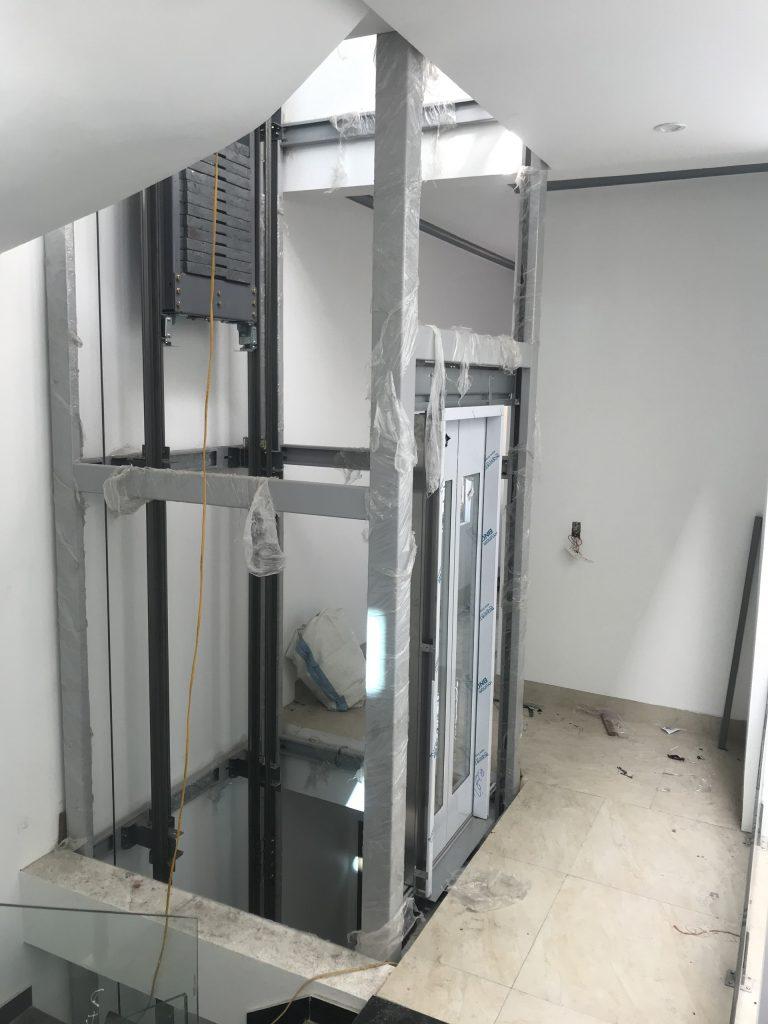 Khung thang máy kính được liên kết với các bộ phận thang máy kính trong quá trình lắp đặt