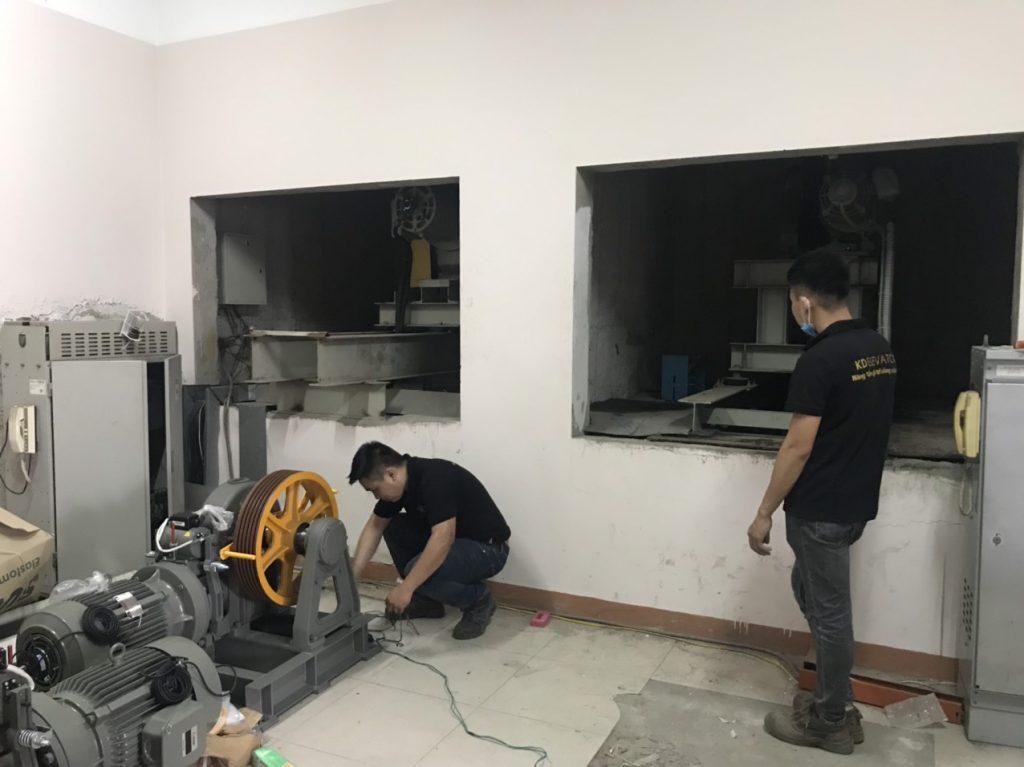 Quá trình kiểm tra máy kéo trước khi tiến hành cải tạo thang máy
