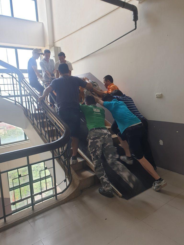 Quá trình vận chuyển máy kéo lên phòng máy để chuẩn bị công tác cải tạo thang máy